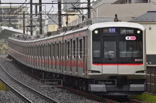 小雨を走る東横線の写真・画像素材[4519430]