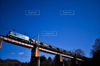 鉄橋を渡る電気機関車の写真・画像素材[4519441]