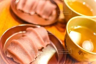 皿に乗った赤福とお茶のクローズアップの写真・画像素材[4541749]