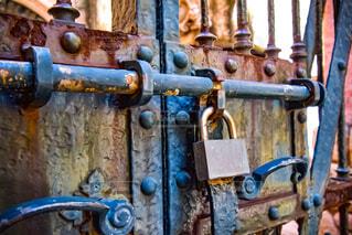 古くておしゃれな扉と錠前の写真・画像素材[4553695]