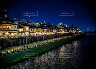 京都の鴨川沿いの夜景の写真・画像素材[4557834]