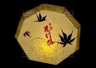 京都花灯路の文字が入ったライトと紅葉のシルエットの写真・画像素材[4560954]