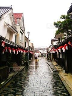 親子で歩く雨の町の写真・画像素材[4593643]