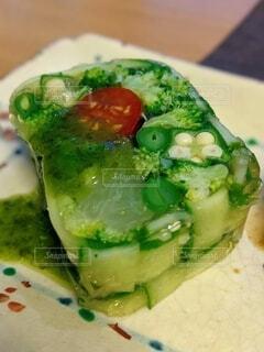 夏野菜とグレープフルーツのテリーヌ モザイク仕立て バジルソースの写真・画像素材[4654798]