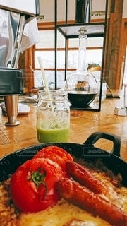 チーズ&ソーセージの焼きカレーとグリーンスムージーの写真・画像素材[4656774]