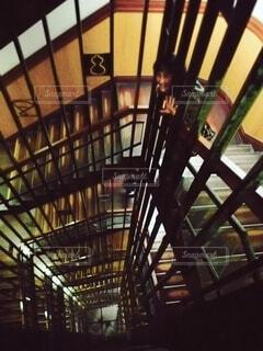 螺旋階段から手を振る女性(レトロ風・焦点加工あり)の写真・画像素材[4779867]