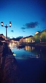 水面に映る小樽運河の夜景(レトロ風)の写真・画像素材[4786131]