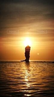 ろうそく岩に灯る夕日の写真・画像素材[4815195]
