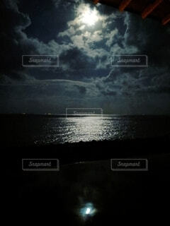 露天風呂で眺める2つの中秋の名月の写真・画像素材[4835009]