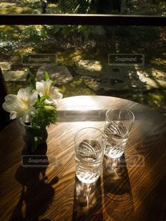 庭園を望む和カフェのテーブルの写真・画像素材[4841691]