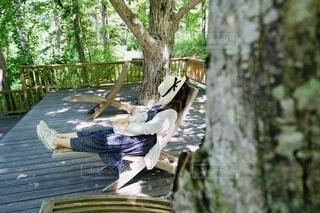 木陰でひと休みの写真・画像素材[4694570]
