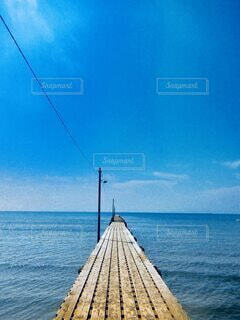 青空と海と桟橋の写真・画像素材[4698717]