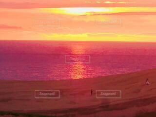 赤く燃える鳥取砂丘の写真・画像素材[4830426]