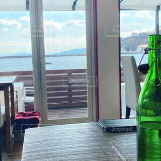 海を眺めながらのランチの写真・画像素材[4524561]
