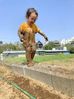畑で泥遊びをした小さな男の子の写真・画像素材[4524810]
