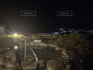 夜の露天風呂から見た夜景の写真・画像素材[4526595]