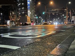 夜の濡れた街の通りの写真・画像素材[4528346]