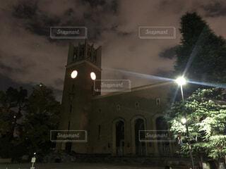 夜にライトアップされた時計塔のある城の写真・画像素材[4528345]