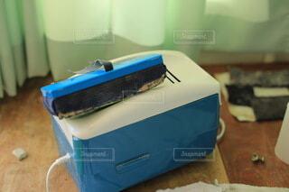 テーブルの上に青と白の箱の写真・画像素材[4647483]