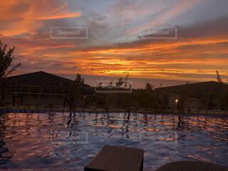 反射する夕日 来間島の写真・画像素材[4537522]