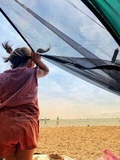 海辺でテントから出で遊ぶ子供の写真・画像素材[4643549]