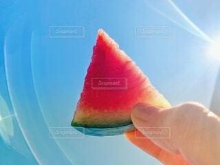真夏に食べる甘くて冷たいスイカの写真・画像素材[4675818]