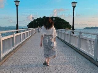 女性,風景,空,屋外,湖,ビーチ,雲,水面,少女,人物,人,桟橋,歩道,地面,履物