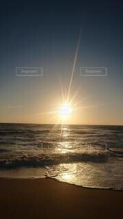 海に沈む夕日と輝く波の写真・画像素材[4541163]