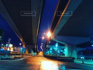 濡れた路面に映える街灯の写真・画像素材[4552014]