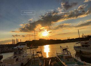 漁港に沈む夕日の写真・画像素材[4552251]
