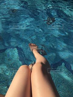 水のプールの中の女性の写真・画像素材[4544878]