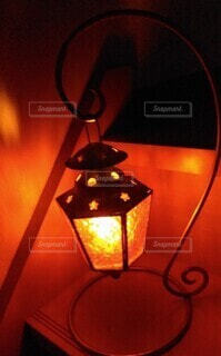 部屋の階段に置いたキャンドルライトの写真・画像素材[4606668]