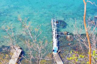 浅瀬にある船着場の写真・画像素材[4550889]