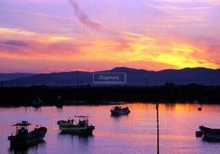 夕映えの港に帰るの写真・画像素材[4826459]