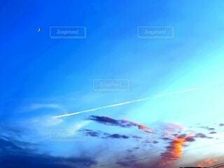 三日月と雲の写真・画像素材[4837660]