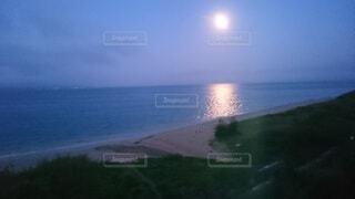 自然,風景,海,空,屋外,ビーチ,雲,水面,海岸,夜明け,月,月明かり,moon,明け方,ムーン,moonlight,ムーンライト
