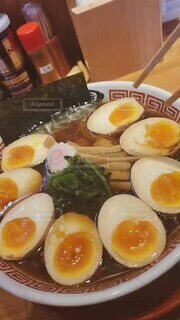 食べ物,食事,フード,テーブル,皿,カップ,レストラン,卵,ゆで卵,ラーメン,海苔,醤油ラーメン,醤油,メンマ,飲食,煮卵,卵黄,卵白,生姜醤油