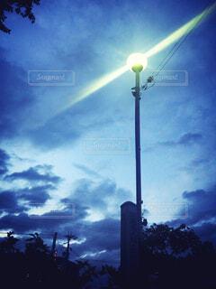 夜 街灯の光の写真・画像素材[4556308]