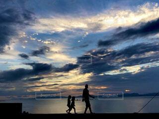 夕方に海沿いをお散歩の写真・画像素材[4620775]
