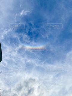 曇りの日に空を飛んでいる男の写真・画像素材[4592669]