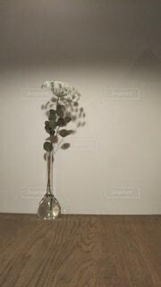 テーブルの上の花瓶の写真・画像素材[4552227]