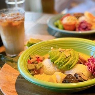 テーブルの上の皿の上に食べ物のボウルの写真・画像素材[4771376]
