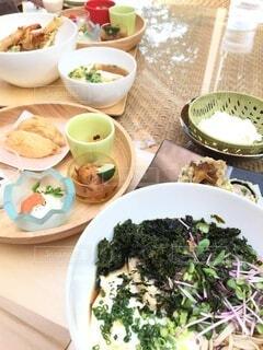 テーブルの上に食べ物を1杯入れるの写真・画像素材[4771509]