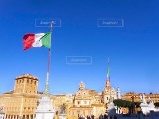 イタリアの国旗と建造物が並ぶ街並みの写真・画像素材[4565980]