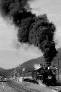 それから出てくる煙とトラックの鉄道 - No.816607