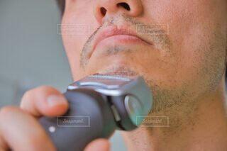 髭を剃っている男性の写真・画像素材[4617687]