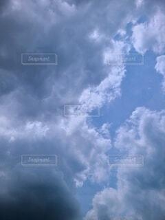 雨雲の奥に青空の写真・画像素材[4612072]