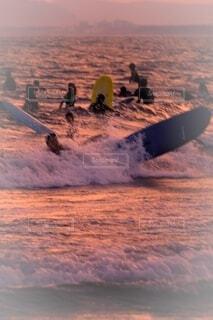 夕方の海とサーファーの写真・画像素材[4632306]
