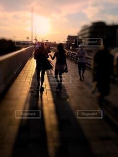 夕日の中会話する二人の写真・画像素材[4632332]