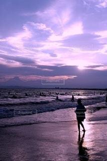 一人、日没の海を眺めるの写真・画像素材[4632347]